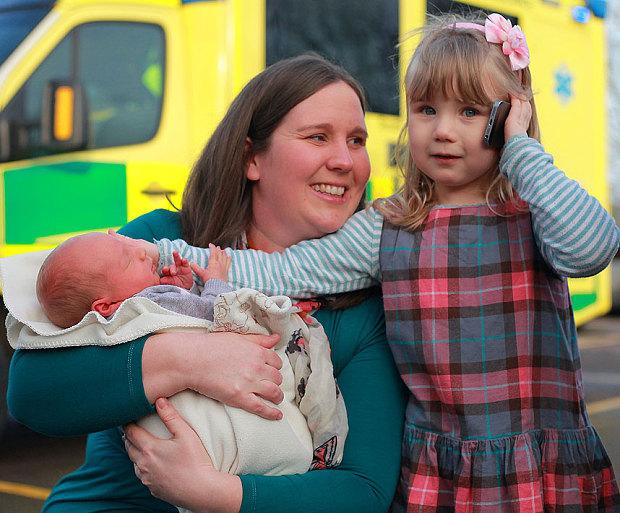 สาวน้อยวัย 3 ขวบ ได้รางวัลกล้าหาญจากการโทร. เรียกรถพยาบาลมาช่วยคุณแม่ที่กำลังท้อง